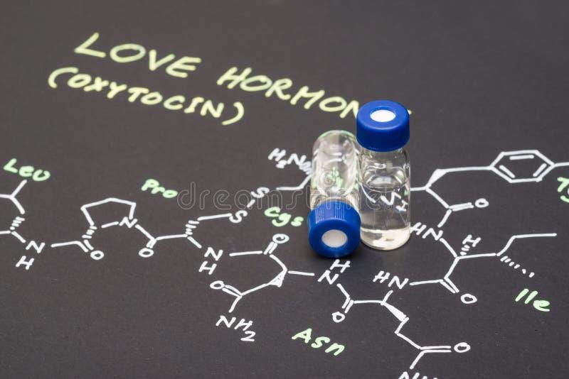 Flesje van de close-up het blauwe GLB steekproef op papier met chemische formule van royalty-vrije stock fotografie