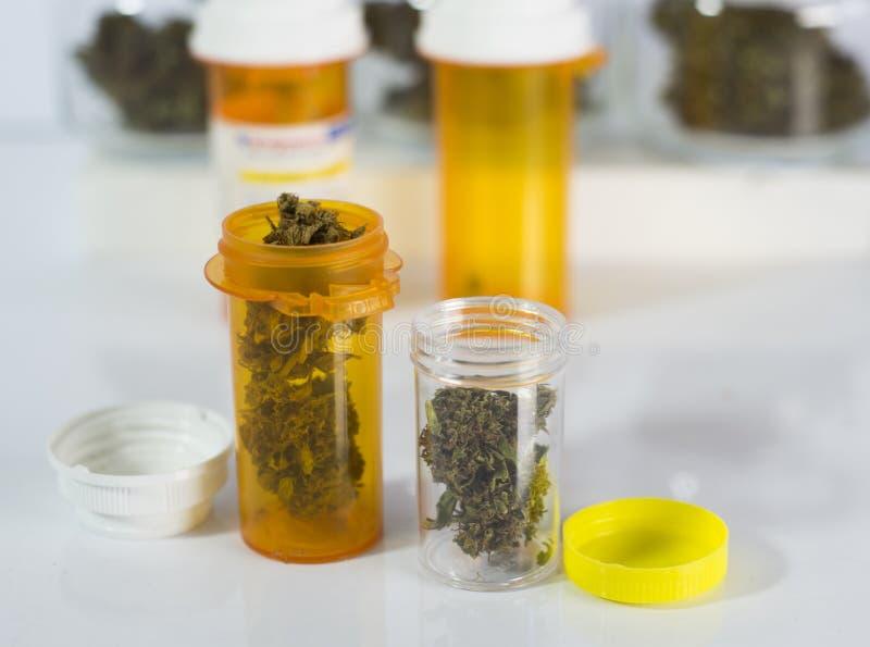 Flesjes medische marihuana stock fotografie