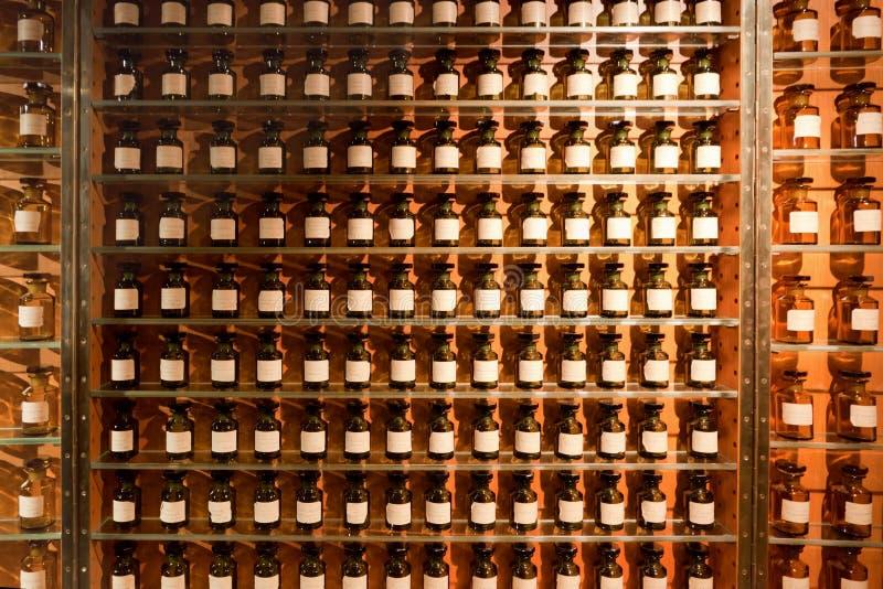 Flesjes met fragrances in de parfumwinkel. stock afbeelding