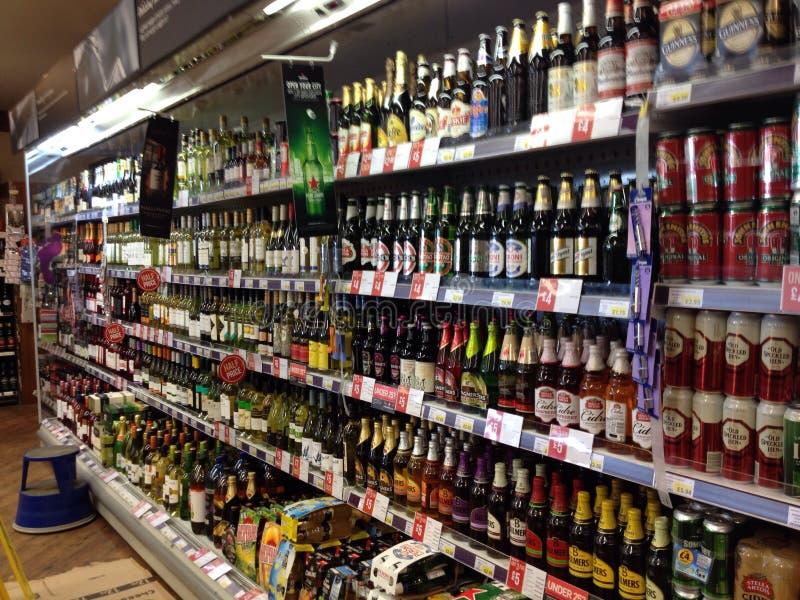 Flessen alcohol in een vertoningskabinet stock afbeeldingen