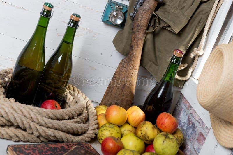 Flessen cider en appelen van Normandië royalty-vrije stock afbeeldingen