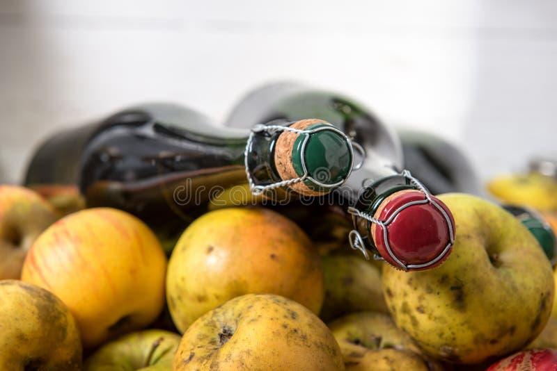 Flessen cider en appelen van Normandië stock afbeeldingen