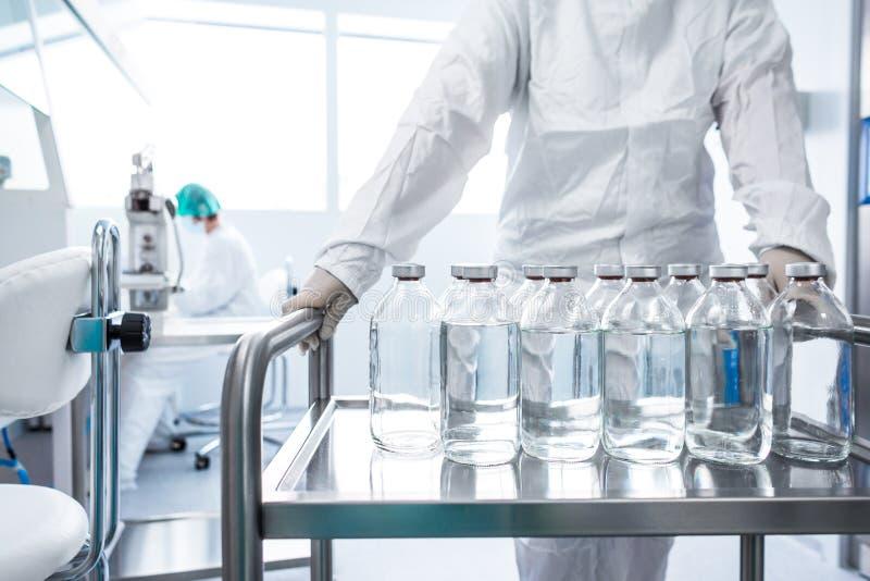 Flessen in een laboratorium stock foto