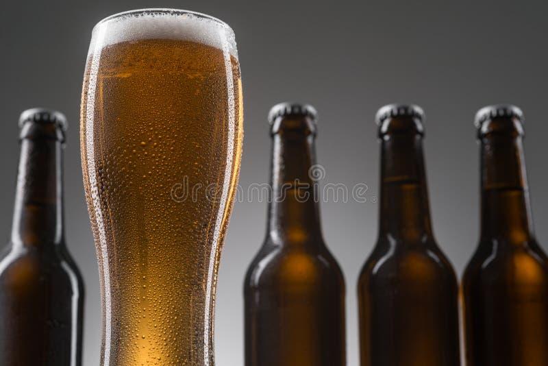 Flessen en glas bier stock foto's