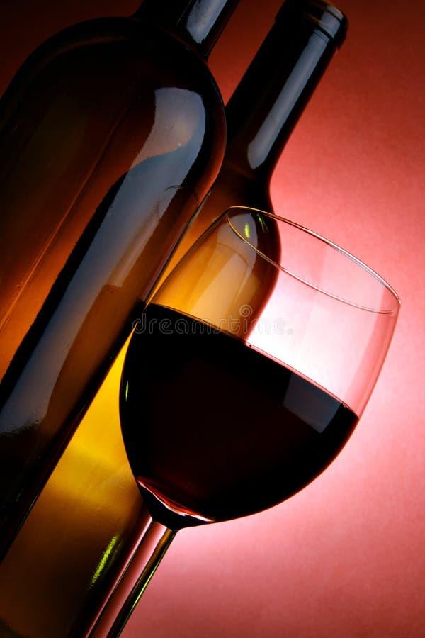 Flessen en glas rode wijn stock foto