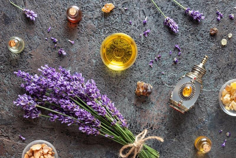 Flessen etherische olie met wierookhars, lavendel en benzoë royalty-vrije stock foto's