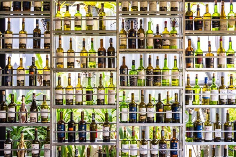 Flessen geesten en alcoholische drank op plankenpatroon royalty-vrije stock foto