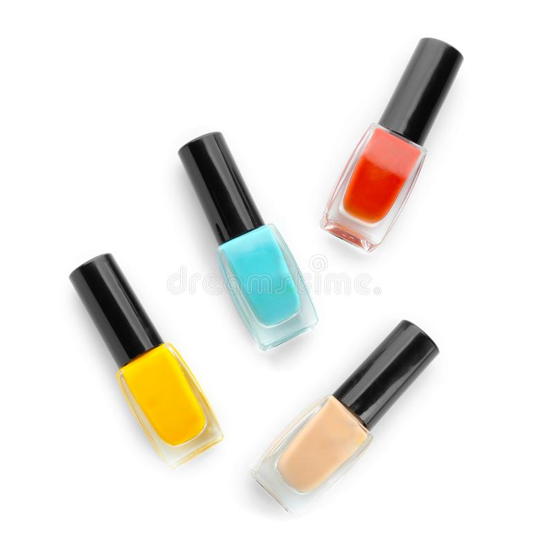 Flessen kleurrijk nagellak op witte achtergrond stock afbeeldingen