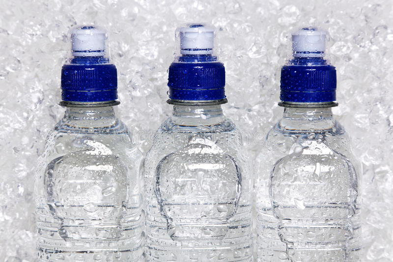 Flessen koud mineraalwater op verpletterd ijs royalty-vrije stock foto's