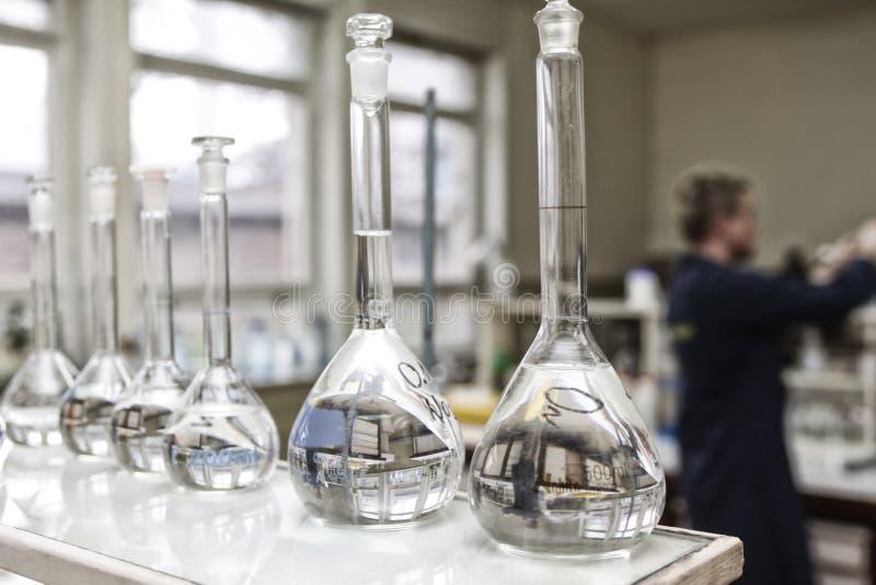 Flessen in laboratorium stock afbeelding