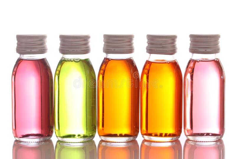 Flessen met essentiële oliën stock foto's
