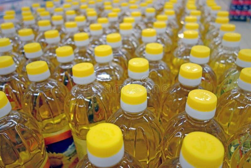 Flessen met gele kappen stock fotografie