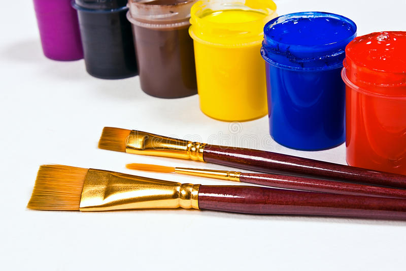 Flessen met gouacheverven en borstels voor artistieke schilderijen stock afbeelding