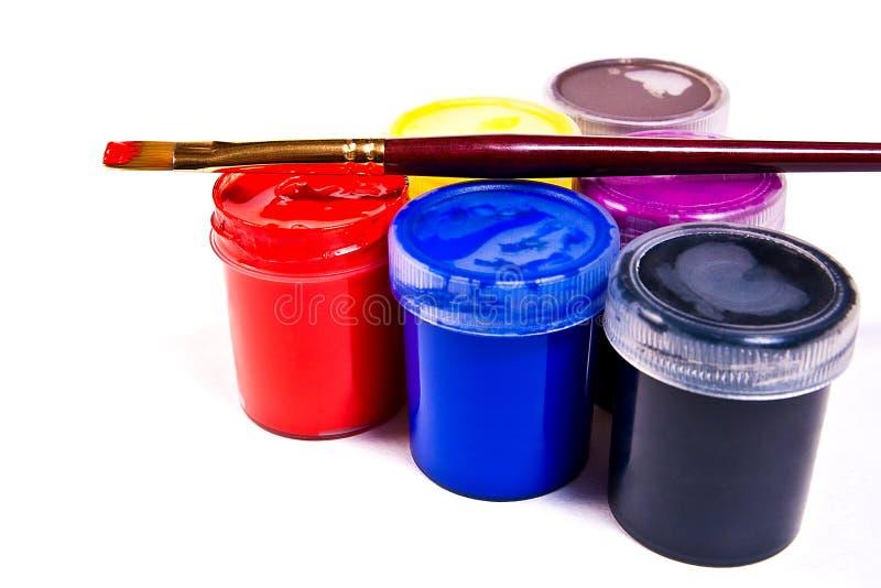 Flessen met gouacheverven en borstels voor artistieke schilderijen stock foto