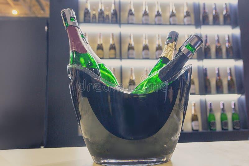 Flessen met mousserende wijn op een teller van wijnwinkel stock foto's