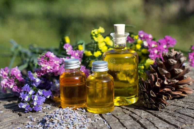 Flessen met natuurlijke aromaolie over aardachtergrond royalty-vrije stock foto's