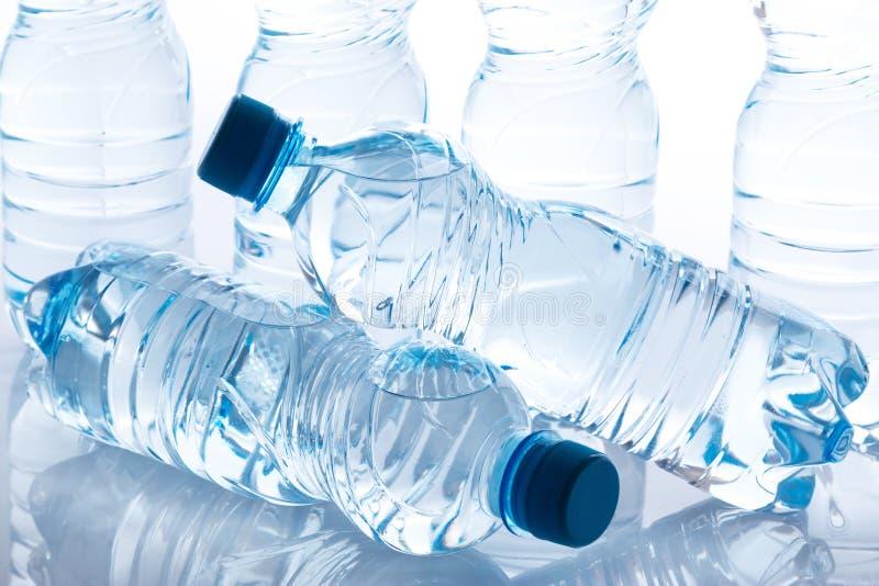 Flessen met water stock afbeeldingen