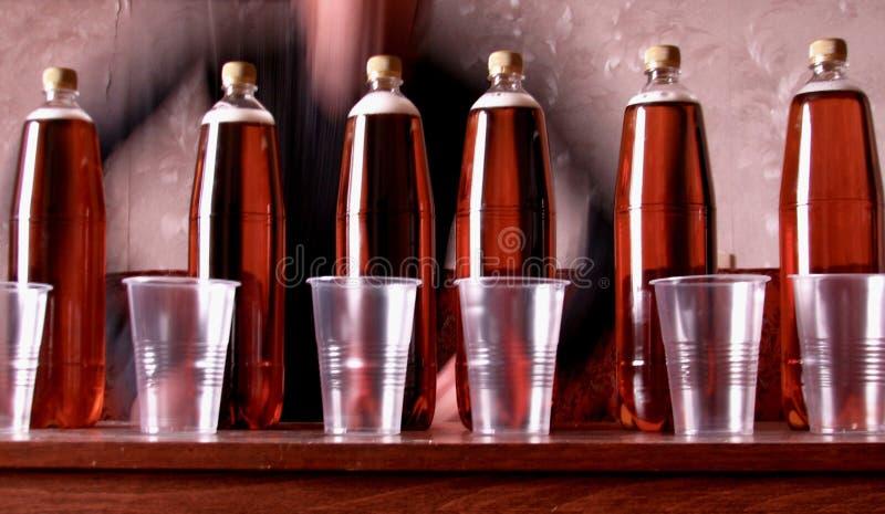 6 flessen ongefilterd die bier op een lijst worden opgesteld stock foto