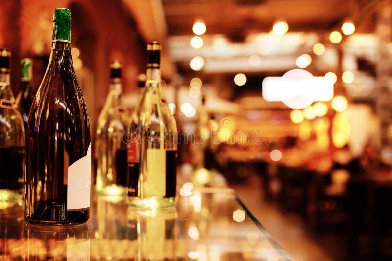 Flessen op de bar royalty-vrije stock afbeelding