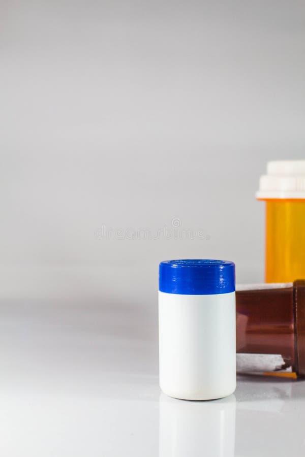 Flessen op een achtergrond stock afbeelding