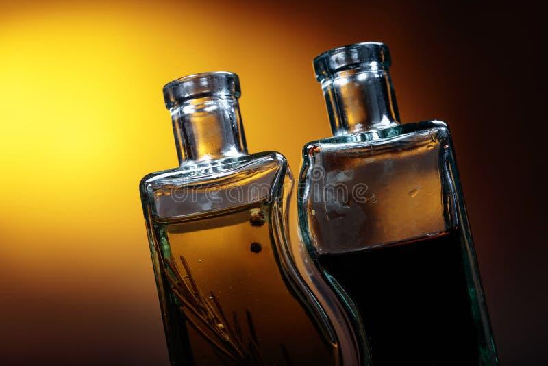 Flessen op smaak gebrachte olijfolie en balsemieke azijn stock afbeelding