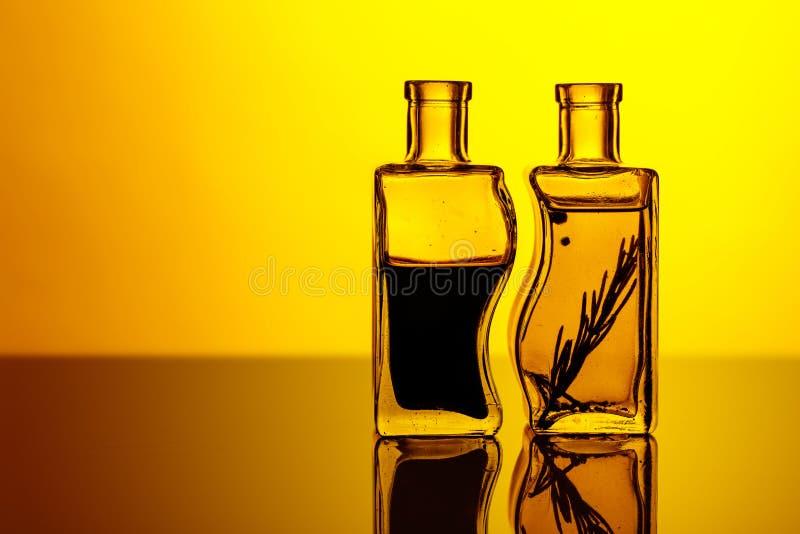 Flessen op smaak gebrachte olijfolie en balsemieke azijn royalty-vrije stock afbeeldingen