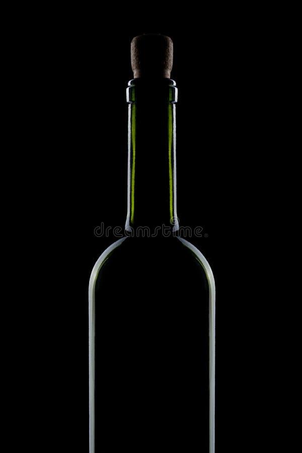 Flessen rode die wijn op zwarte wordt geïsoleerd stock afbeelding