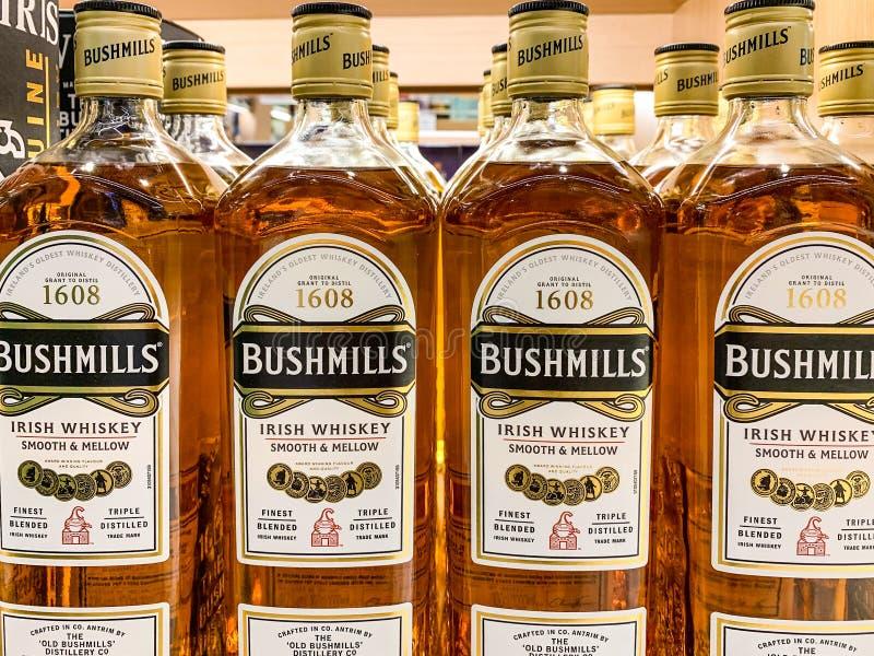 Flessen van Bushmills op vertoning in een winkel De Oude Bushmills-Distilleerderij is een whiskydistilleerderij in Bushmills, Pro stock afbeeldingen
