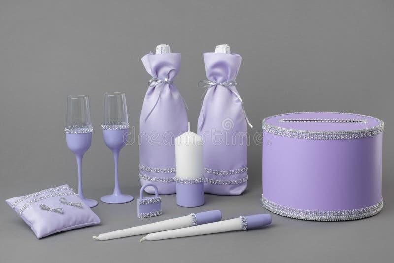 Flessen van champagne, glazen, kaarsen, doos voor geld en wensen, huwelijksslot en hoofdkussen voor ringen stock foto