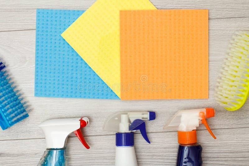 Flessen van detergens, kleuren microfiber servetten en synthetische borstels voor het schoonmaken royalty-vrije stock afbeeldingen