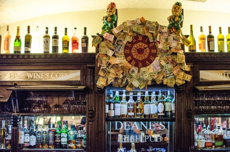 Flessen van dranken in de bar royalty-vrije stock afbeeldingen