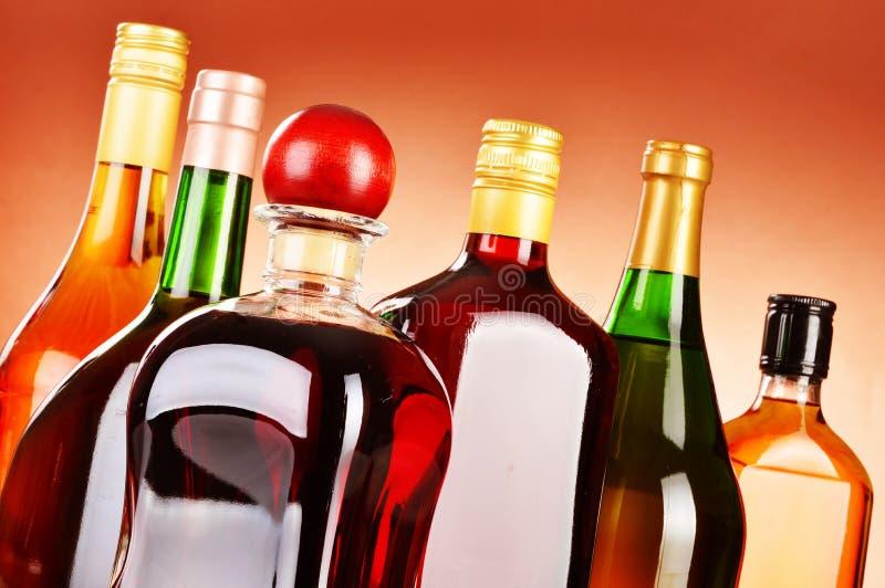 Flessen van geassorteerde alcoholische dranken met inbegrip van bier en wijn stock foto's