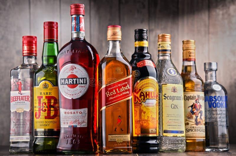 Flessen van geassorteerde globale alcoholische drankmerken royalty-vrije stock foto's