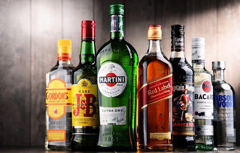 Flessen van geassorteerde globale alcoholische drankmerken stock fotografie
