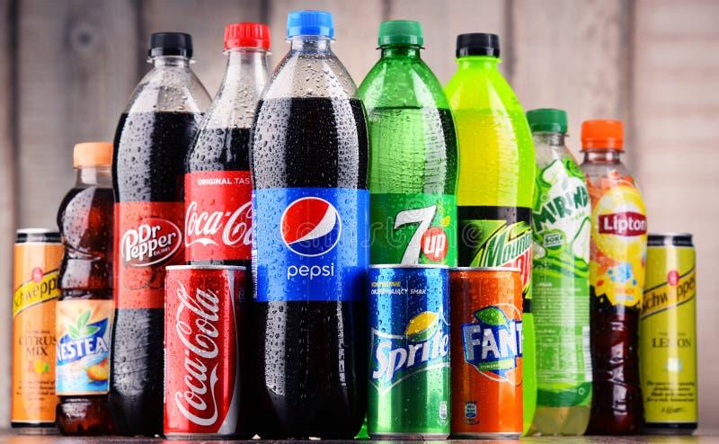 Flessen van geassorteerde globale frisdranken royalty-vrije stock afbeeldingen