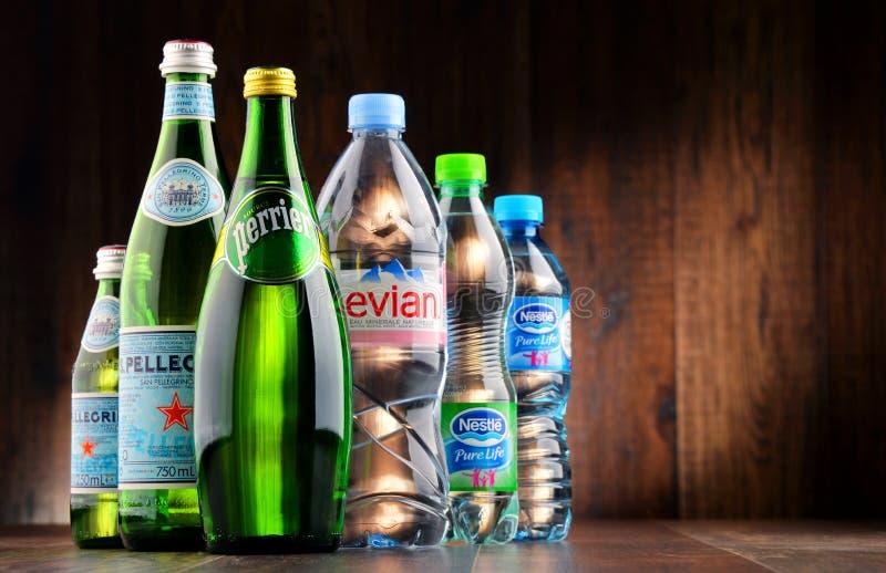 Flessen van geassorteerde globale mineraalwatermerken royalty-vrije stock afbeelding