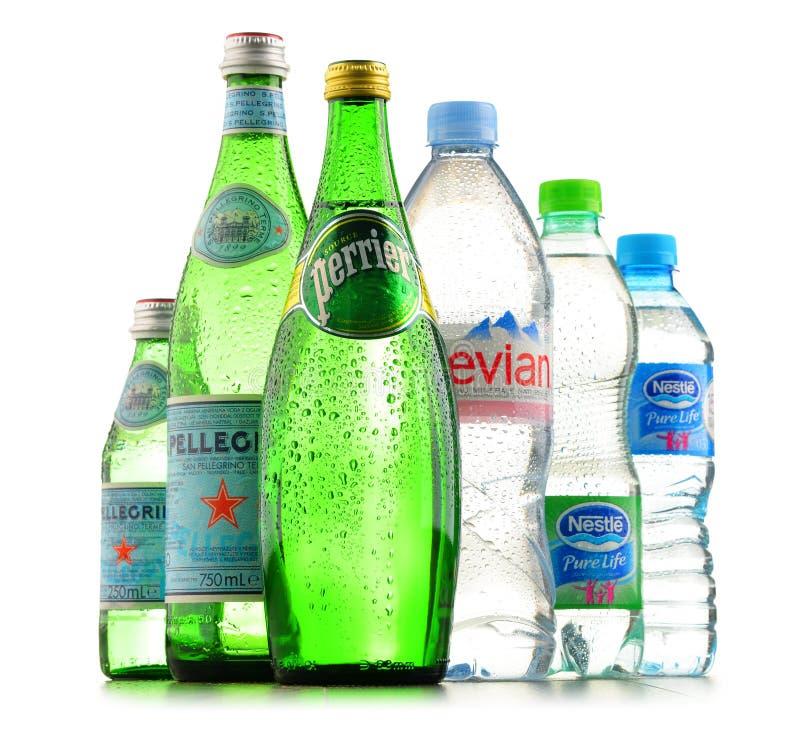 Flessen van geassorteerde globale mineraalwatermerken stock foto's