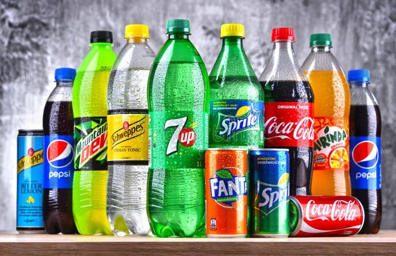 Flessen van globale frisdrankenmerken royalty-vrije stock afbeelding