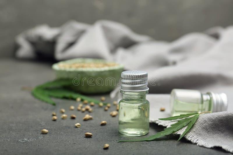 Flessen van hennepuittreksel op lijst stock fotografie