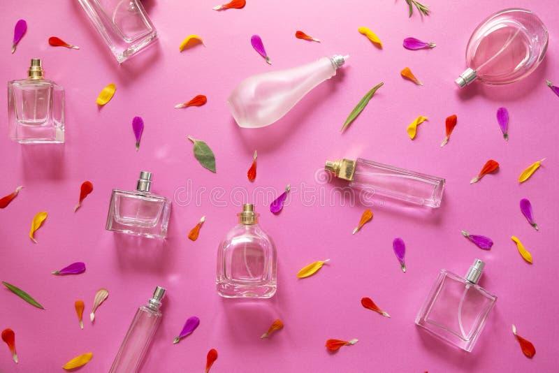 Flessen van het glas de blauwe parfum stock fotografie