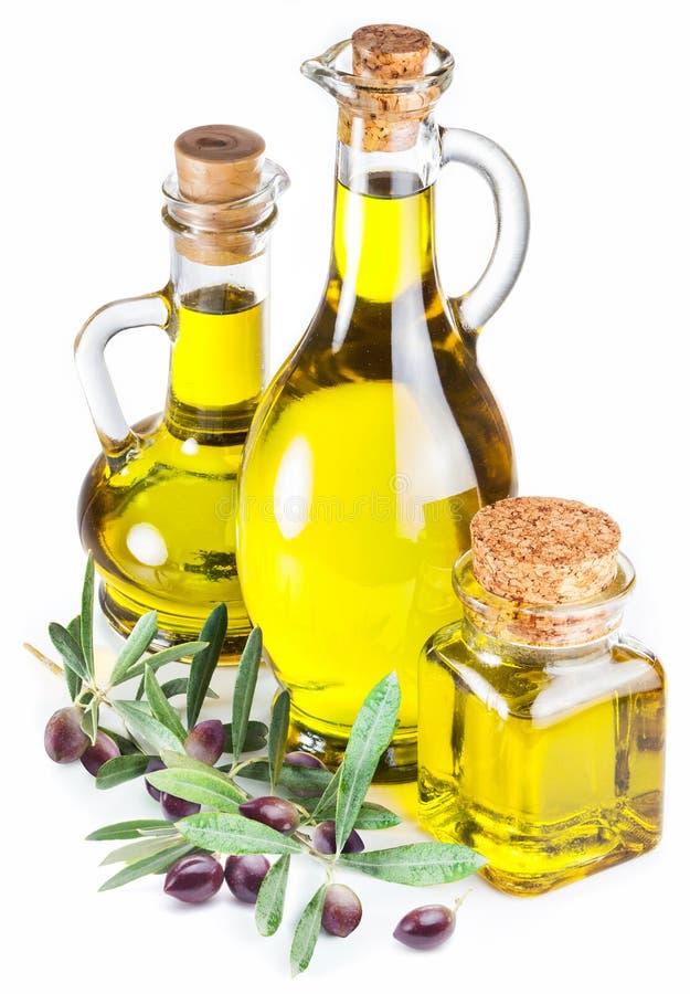 Flessen van olijfolie en olijfbessen op witte achtergrond royalty-vrije stock afbeeldingen