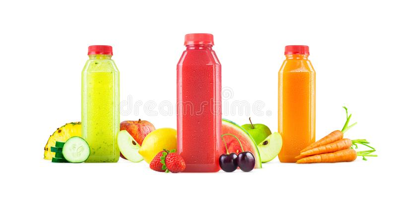 Flessen vers Gedrukt Fruit en Groentesap op Wit stock afbeeldingen