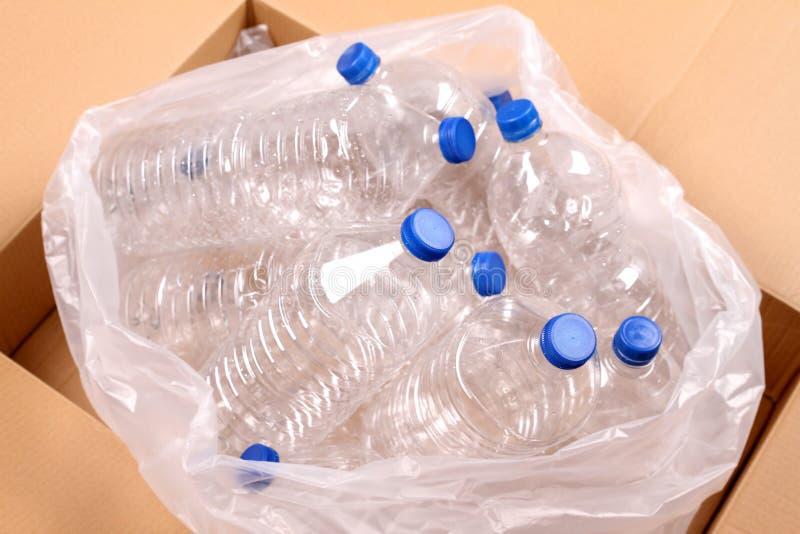 Flessen water royalty-vrije stock afbeeldingen