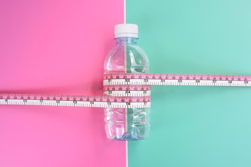 Flessen water met meetlint royalty-vrije stock fotografie