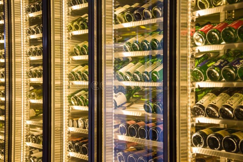 Flessen wijn in een kantine stock afbeelding