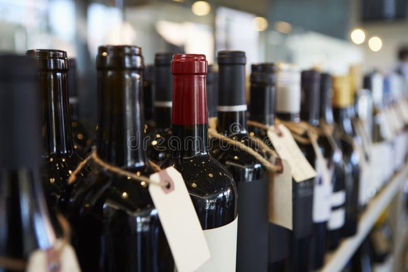 Flessen Wijn op Vertoning in Delicatessen royalty-vrije stock fotografie