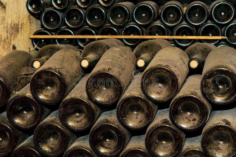 Flessen in wijnkelder royalty-vrije stock afbeeldingen