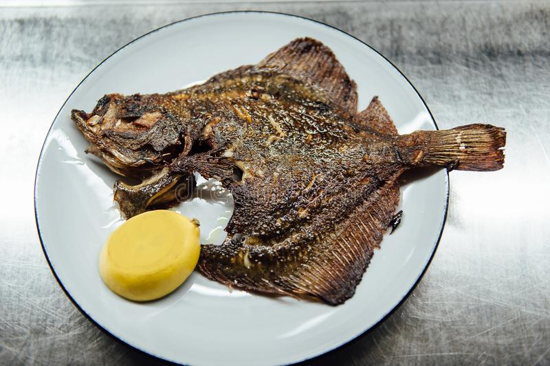 Flet de Fried Fish du plat blanc avec le citron photos stock