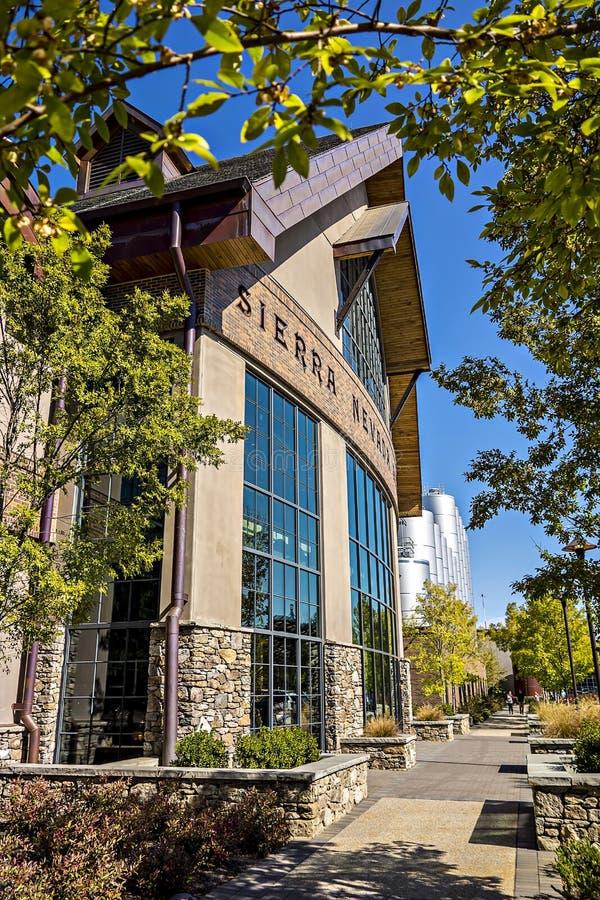 FLETCHER, NC 15 de outubro de 2016 - serra Nevada Brewery em ensolarado foto de stock