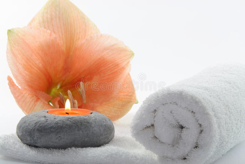 Fleur avec la bougie photographie stock libre de droits